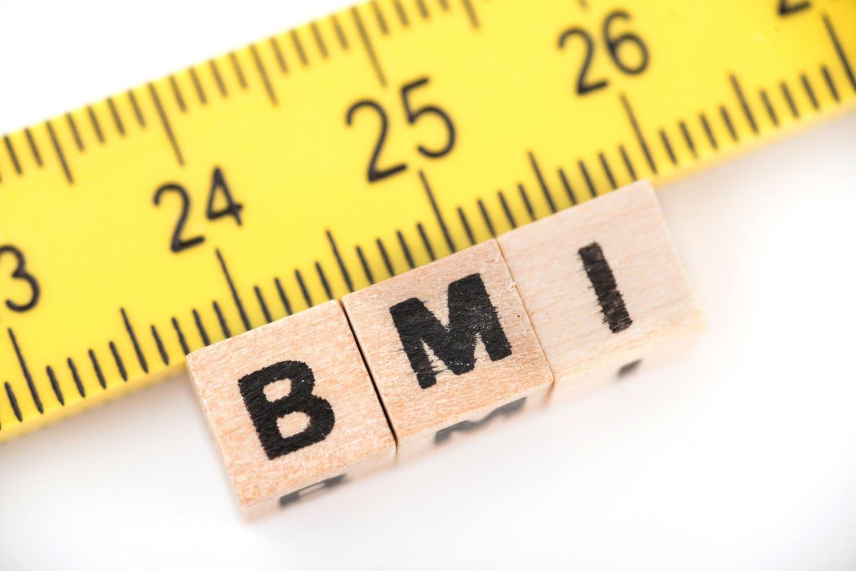 Scritta BMI al di sotto di un metro da sarta (utile a misurare il girovita, fattore di rischio cardiovascolare)