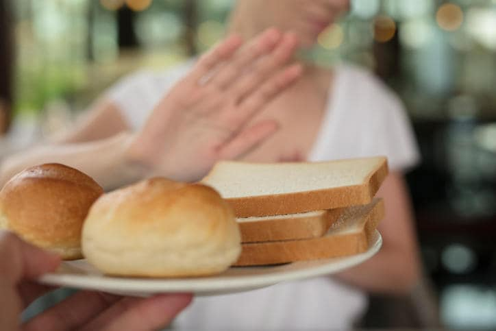 Donna che rifiuta una porzione di pane