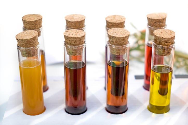 Fotografia di provette contenenti urina di diverso colore