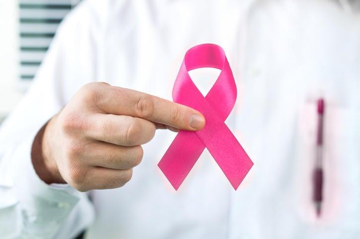 Fotografia di un fiocco rosa, simbolo della lotta al tumore al seno