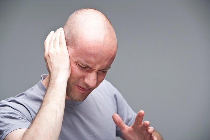 Uomo che si tocca l'orecchio a causa del fastidio provocato dall'acufene