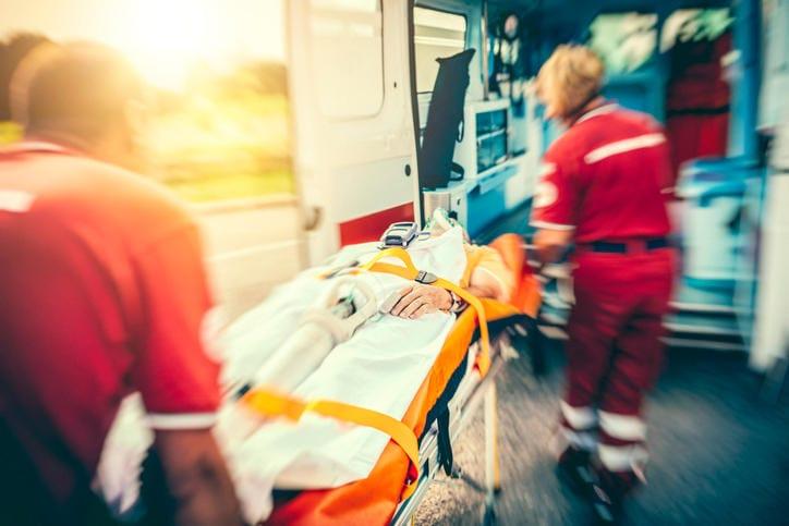 Squadra di soccorso che porta via un paziente in seguito ad infarto