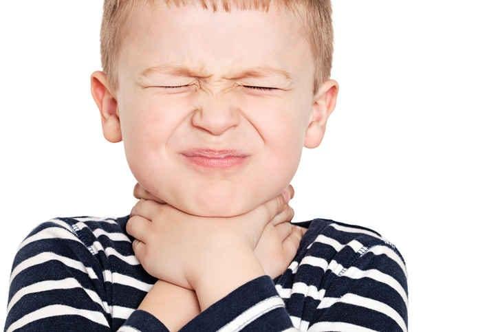 Immagine di un bambino che si tiene la gola a causa del male.