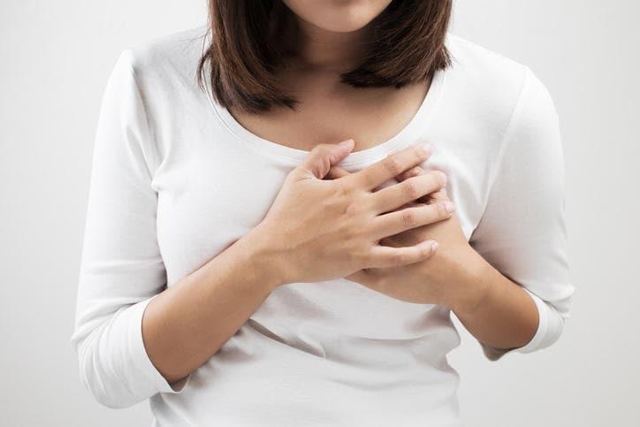 Donna che si tocca il petto a causa di dolore