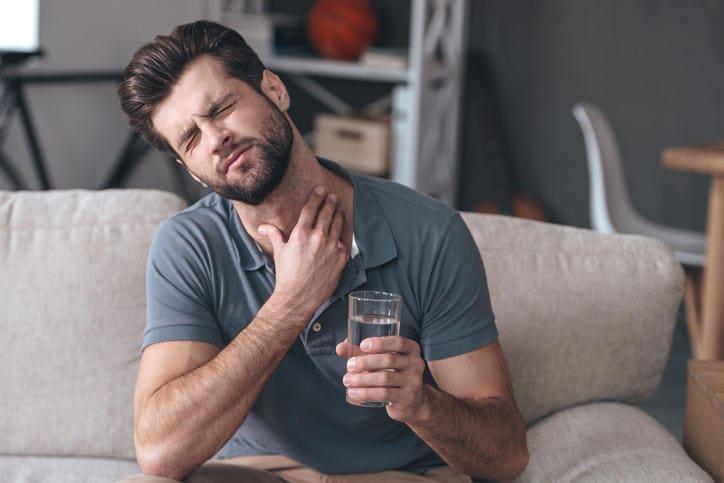 Uomo con forte mal di gola