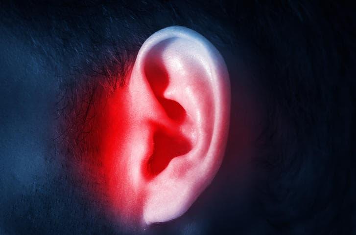 Fotografia di un orecchio evidenziato in rosso.
