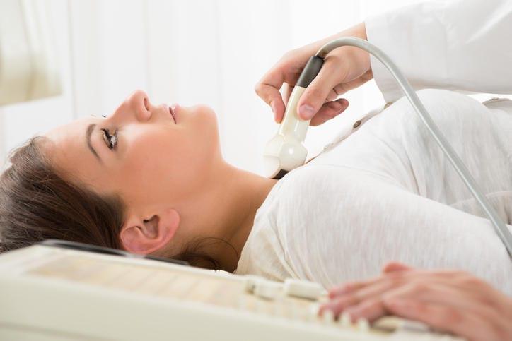 Fotografia di una donna che si sottopone all'ecografia tiroidea