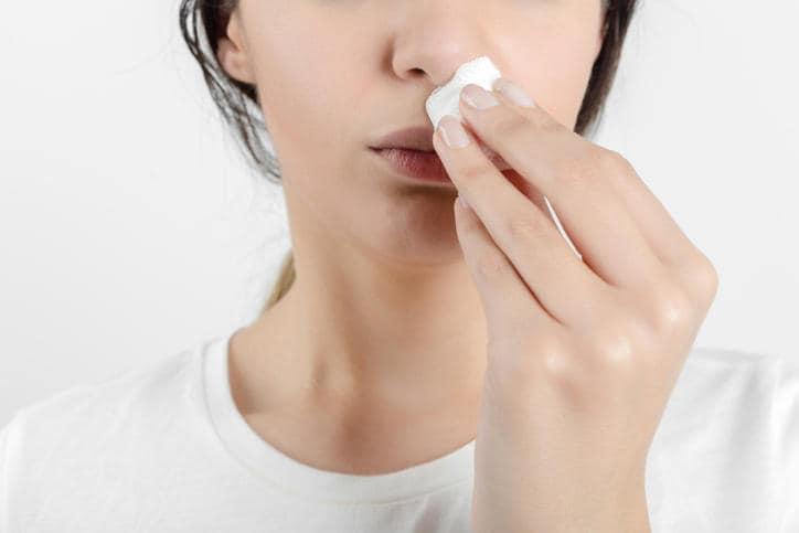 Donna con problemi di sangue dal naso