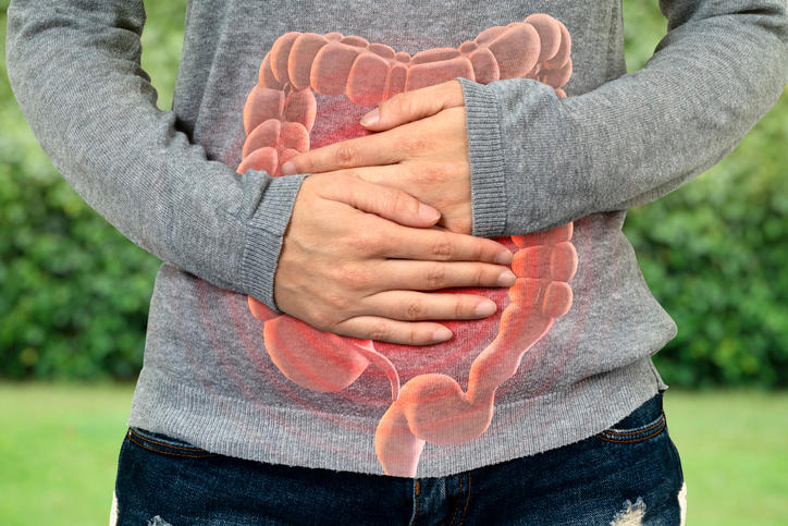 Primo piano dell'intestino di una donna con in sovraimpressione l'intestino