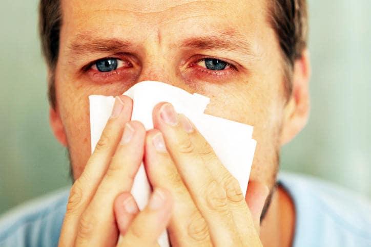 Uomo colpito da allergia stagionale