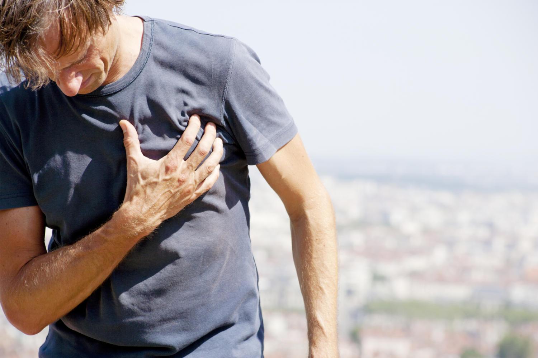Uomo colpito da dolore intercostale