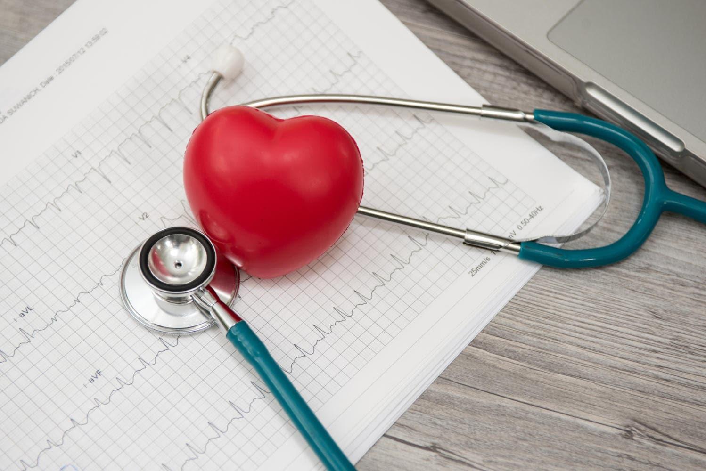 Stetoscopio, appoggiato sul referto di un elettrocardiogramma
