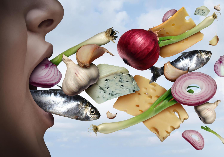 Alimenti che entrano in una bocca aperta