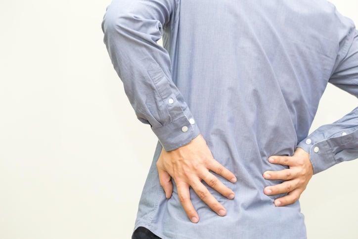 Uomo che si tocca la schiena a livello lombare