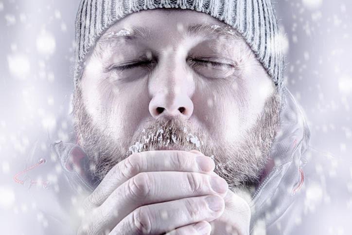 Uomo in stato di probabile ipotermia sotto la neve