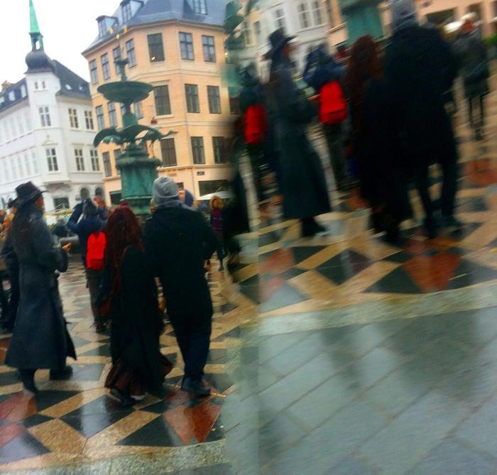Esempio di visione doppia in una piazza affollata