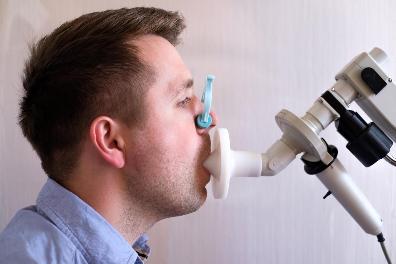 Uomo che si sottopone a spirometria