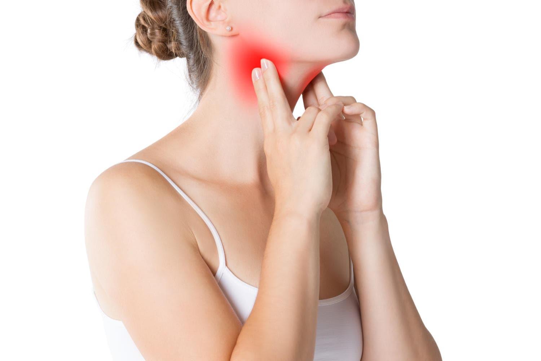 Donna che si tocca il collo a causa dl dolore provocato dalla faringite