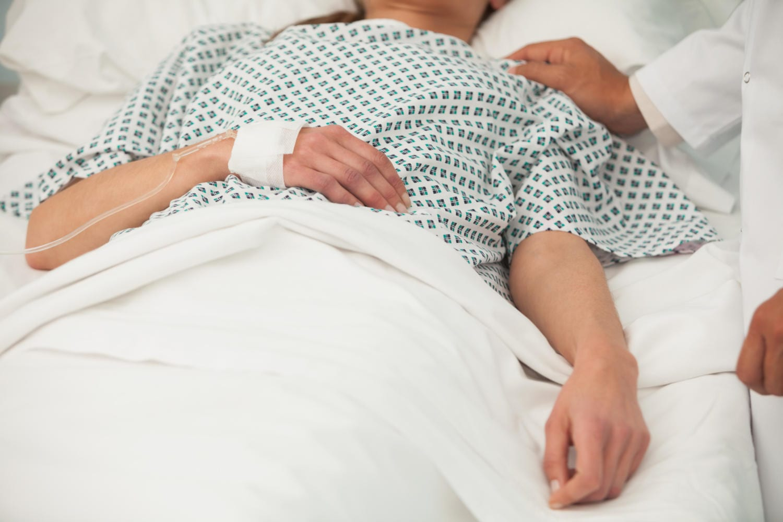 Donna in coma in un letto d'ospedale