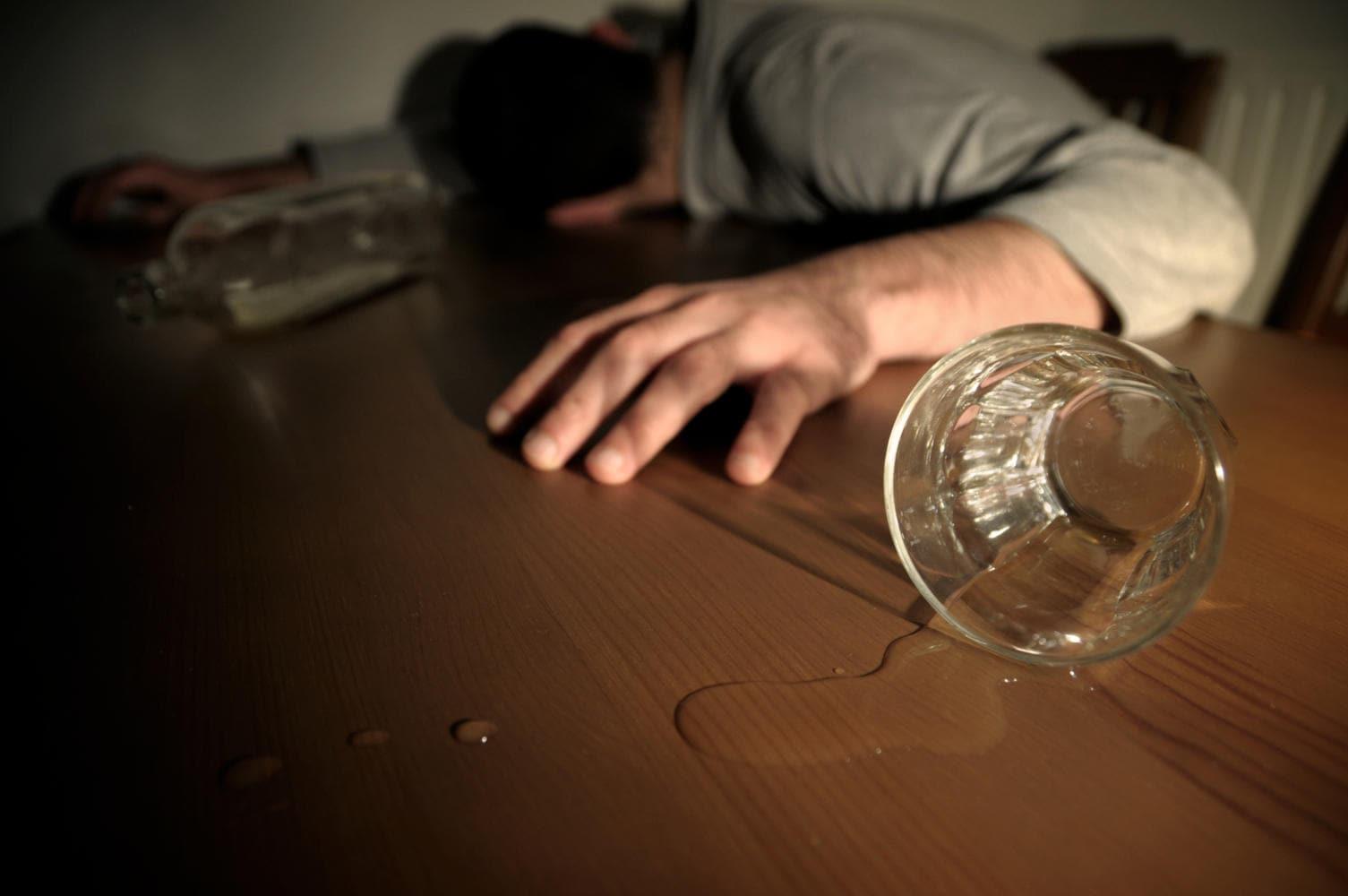 Uomo svenuto, dopo aver perso conoscenza a causa dell'intossicazione da alcool
