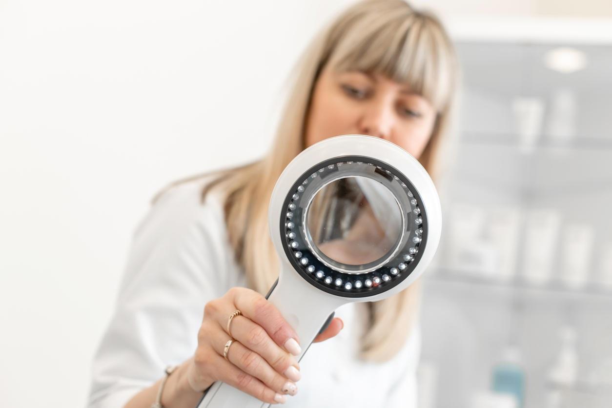 Dermatoscopio tenuto in mano da un dermatologo
