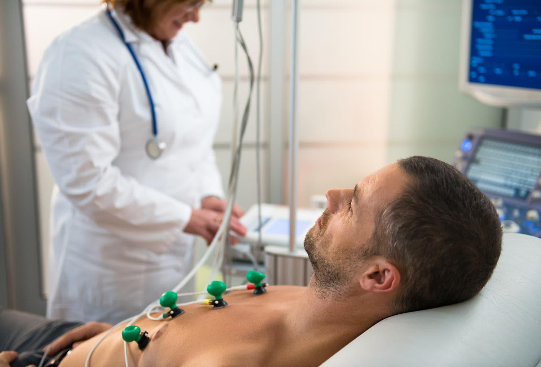 Paziente sottoposto ad elettrocardiogramma per la diagnosi di sindrome di Brugada