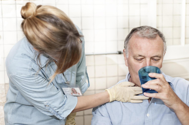 Medico visita paziente con disfagia