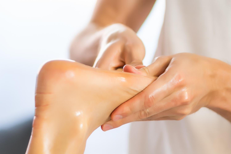 Fisioterapista massaggia la pianta del piede di una paziente
