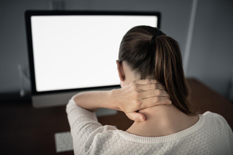Donna che si massaggia il colore a causa della sensazione di dolore e rigidità