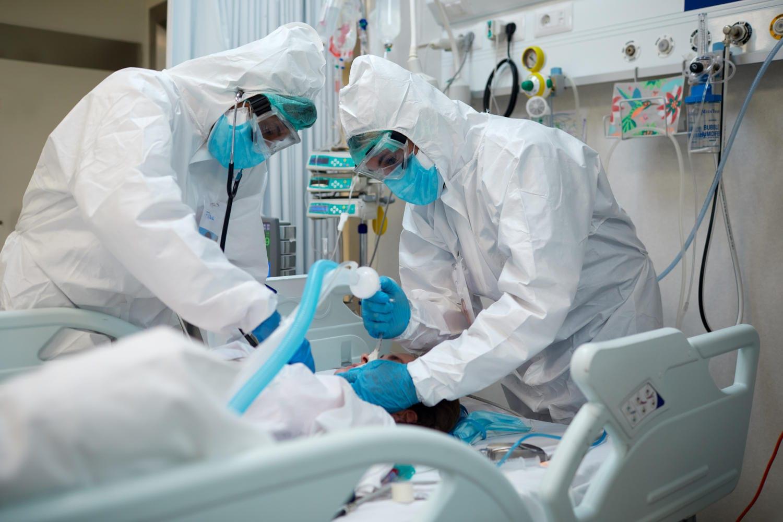 Paziente in ospedale che viene intubato a causa di complicazioni respiratorie