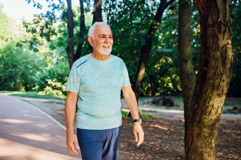 Anziano che si sottopone al test del cammino in un parco