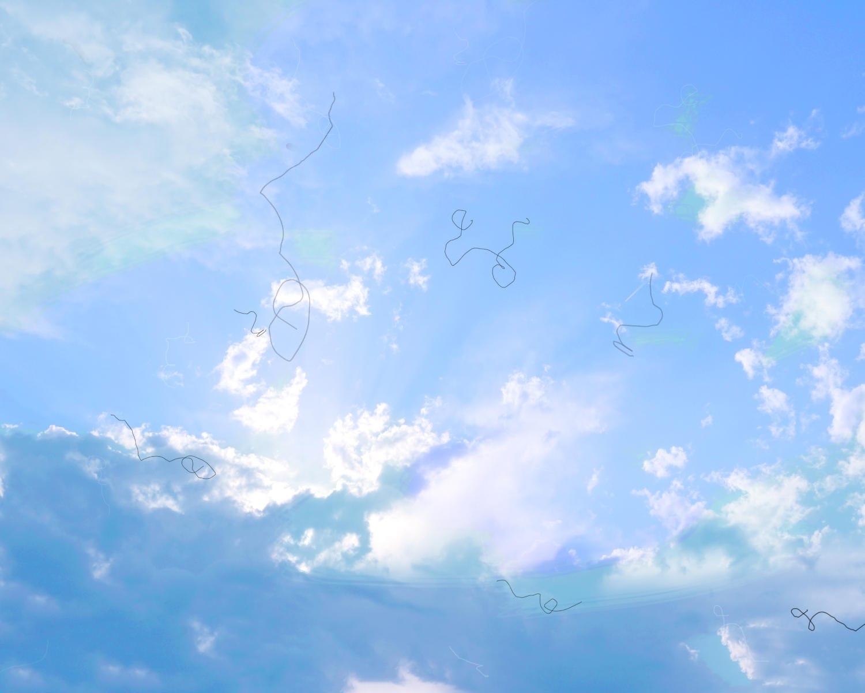 Riproduzione della percezione di mosche volanti osservando il cielo azzurro in un giorno di sole