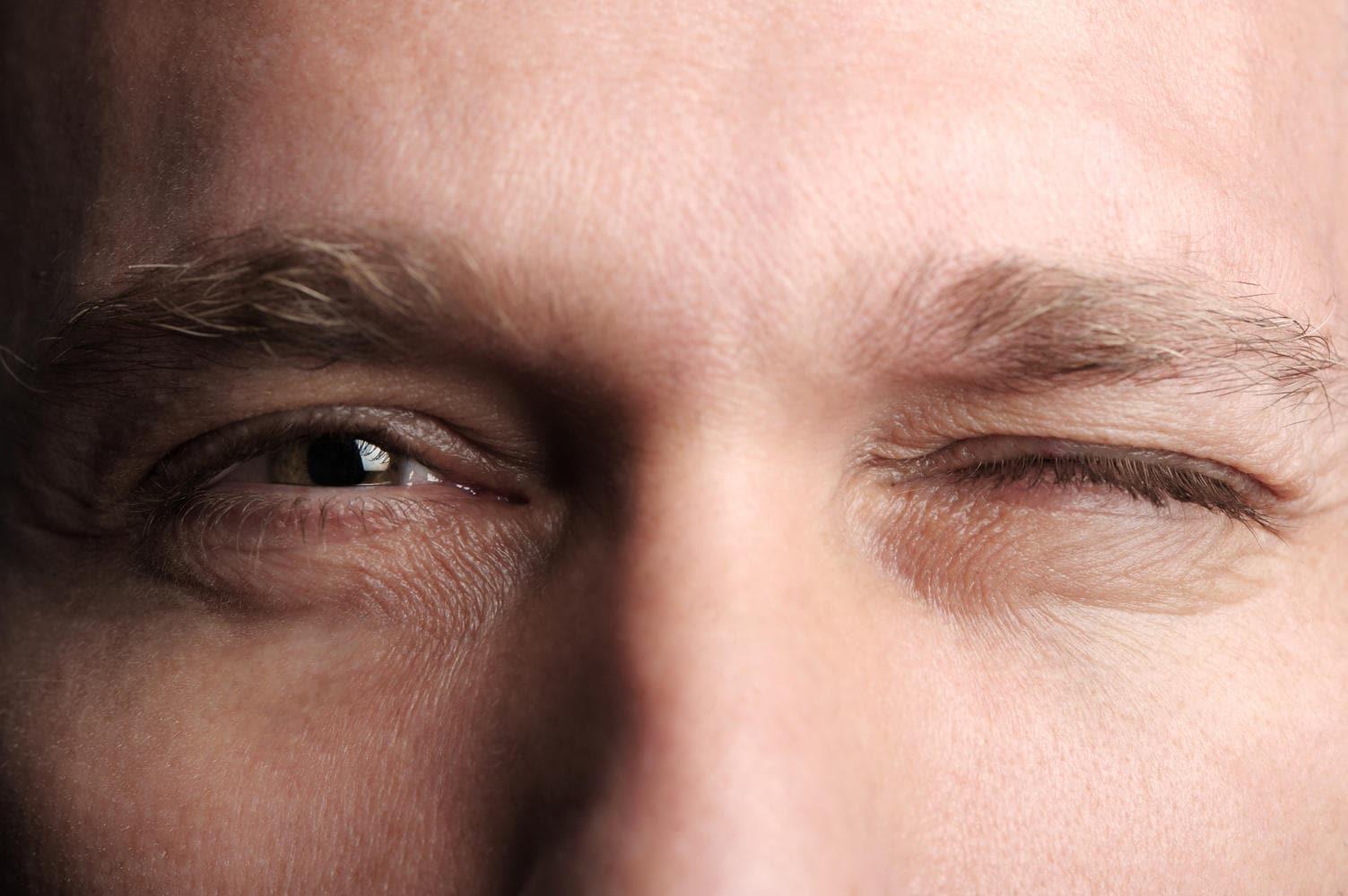 Uomo che chiude un occhio