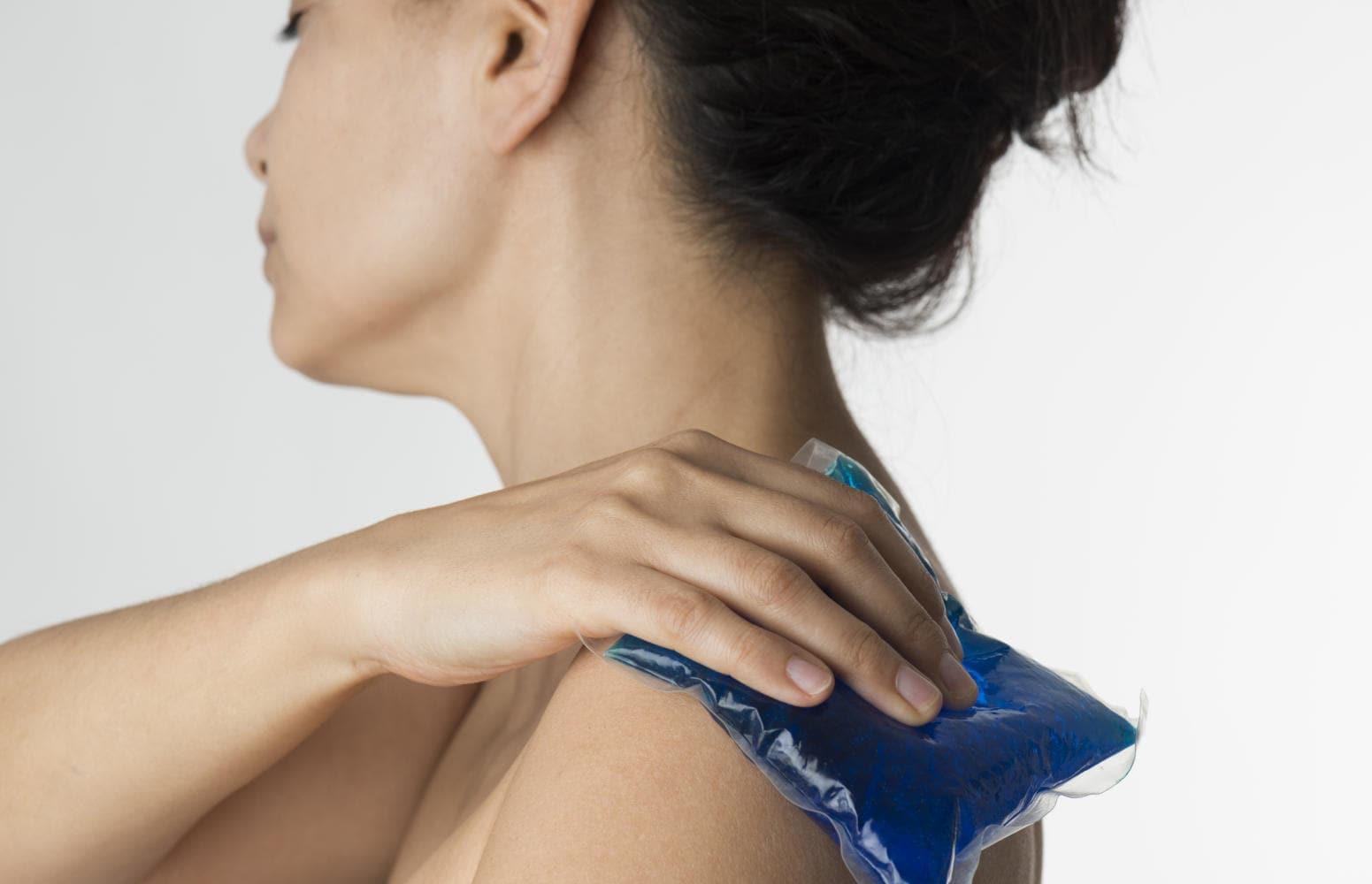 Applicazione di ghiaccio sulla spalla