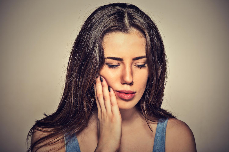 Donna con dolore ai denti a causa di un ascesso