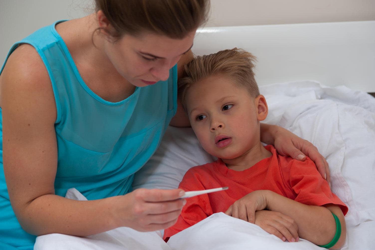 Bambino a letto con la febbre